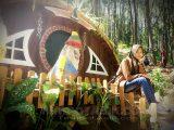 berfoto di rumah hobbit jogja